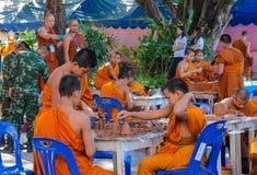 Monjes jovenes budistas en wat del templo de Tailandia en el selebration Imágenes de archivo libres de regalías