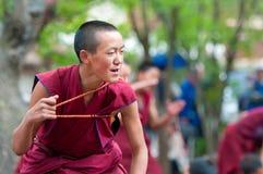 monjes jovenes que discuten en el monasterio de Tashilunpo Imagen de archivo libre de regalías
