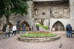 Monjes misteriosos, figuras en la pared de la fortaleza en Tallinn vieja, Fotografía de archivo libre de regalías