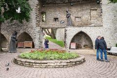 Monjes misteriosos, figuras en la pared de la fortaleza en Tallinn vieja, E Imagen de archivo