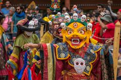 Monjes no identificados en la máscara que realiza una danza enmascarada y vestida religiosa del misterio del budismo tibetano foto de archivo