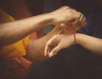 Monjes que dan las bendiciones para la paz y la suerte Imágenes de archivo libres de regalías