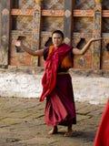 Monjes que ensayan para el tsechu de Jakar (festival) Fotografía de archivo