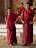 Monjes que ensayan para el tsechu de Jakar (festival) Foto de archivo
