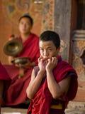Monjes que ensayan para el tsechu de Jakar (festival) Fotos de archivo