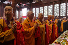 Monjes que llevan los trajes y que ruegan Imagen de archivo libre de regalías