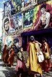 Monjes que miran las carteleras de un teatro de película Imagen de archivo libre de regalías