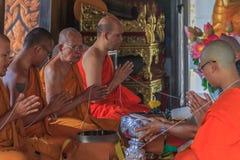 Monjes que ruegan en Wat Kaew Korawaram Temple fotos de archivo libres de regalías