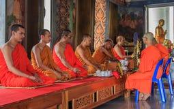 Monjes que ruegan en Wat Kaew Korawaram Temple Imagenes de archivo