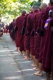 Monjes que se alinean para el almuerzo en Maha Gandaryon Monastery fotografía de archivo libre de regalías