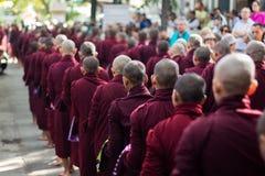 Monjes que se alinean para el almuerzo en Maha Gandaryon Monastery Fotografía de archivo