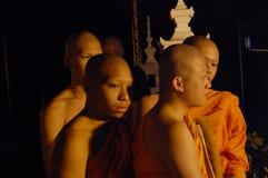 Monjes que se preparan para la ceremonia en Magha Puja Day Imagenes de archivo