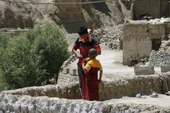 Monjes, rojo, piedra, religión, festival, niños Fotos de archivo