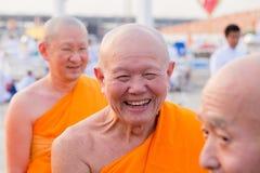 Monjes tailandeses durante la ceremonia budista Magha Puja Day en Wat Phra Dhammakaya en Bangkok, Tailandia Fotos de archivo libres de regalías