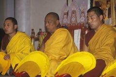Monjes tibetanos que cantan funcionamiento en la iglesia boquiabierta en Santa Monica California Imagenes de archivo