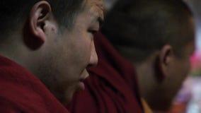 Monjes tibetanos que cantan mantras