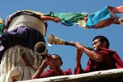 Monjes tibetanos que soplan bugles Imágenes de archivo libres de regalías