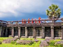 Monjes y novatos de Buddist que visitan Angkor Wat Imagen de archivo libre de regalías