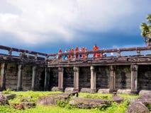 Monjes y novatos de Buddist que visitan Angkor Wat Fotos de archivo