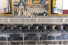 Monk& x27 ; les cuvettes d'aumône de s pour donnent en Wat Pho Photographie stock libre de droits