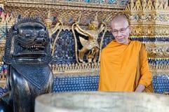 Monk på Wat Phra Kaew, Bangkok Arkivbild