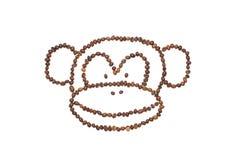 Monkey a cara feita dos feijões de café isolados no branco Fotografia de Stock