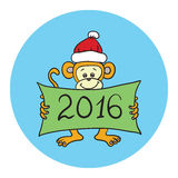 Monkey dans un chapeau rouge tenant une affiche avec des félicitations heureux Photos libres de droits