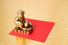 Monkey el símbolo del Año Nuevo 2016, y el sobre rojo Fotografía de archivo