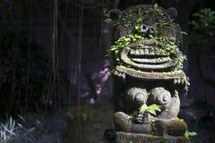Monkey la escultura del alcohol en el museo a la derecha, Ubud, Bali, Indonesia de Arma Foto de archivo libre de regalías
