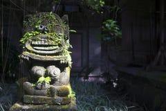 Monkey la escultura del alcohol en el museo a la izquierda, Ubud, Bali, Indonesia de Arma Foto de archivo