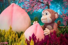 Monkey la mascota con el melocotón de la longevidad - decoración china del Año Nuevo Fotografía de archivo