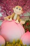 Monkey la mascota que se sienta en el melocotón - decoración china del Año Nuevo Fotos de archivo