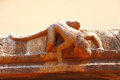 Monkey la sculpture sur un mur d'un temple hindou Photo stock