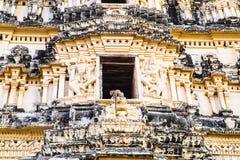 Monkey sul biulding storico in Hampi, India Immagine Stock