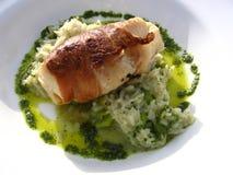 Monkfish enveloppé en jambon de Palma sur un bâti de Risotto en bon état Images libres de droits