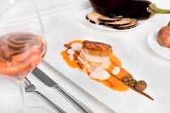 Monkfishleiste mit Aubergine und Tomaten lizenzfreie stockfotografie