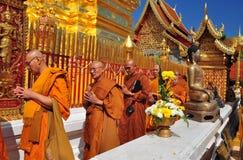 Chiang Mai Thailand: Monks i procession på Wat Doi Suthep Arkivbild