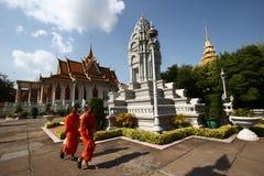 Monks och Stupas i den kungliga slotten av Cambodja Royaltyfria Bilder