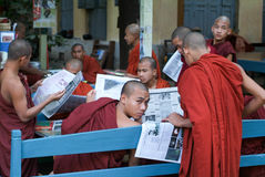 Monks reading newsparers at the  Shwe in Bin Kyaung monastery of Royalty Free Stock Photography