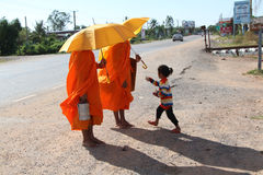 Monks som samlar allmosa i Cambodja Royaltyfri Bild