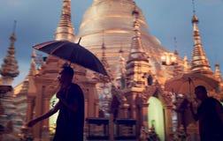 Monksrundvandring den Shwedagon pagodaen arkivfoto