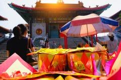 Monnaie fiduciaire, or de papier pour le respect de salaire à un dieu dans le jour de l'an chinois Ce qui est les croyances cultu image stock