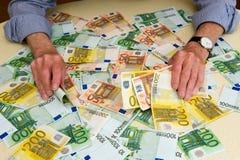 Monnaie fiduciaire sur la table Images stock