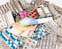 Цена лекарств Лекарства и monney Стоковые Фотографии RF