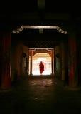 Monnik bij de deur Royalty-vrije Stock Afbeeldingen