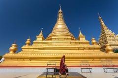 Monnik bij Kuthodaw-pagode, Mandalay, Myanmar stock foto