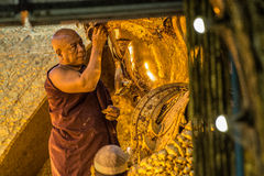 Monnik Cleaning Buddha Stock Foto