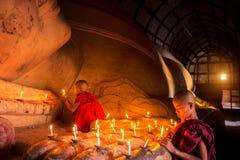 Monnik in de oude stad van Bagan stock foto's