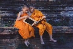 Monnik Depicting een Godsdienstig Geloof in een Tempel in Thailand royalty-vrije stock fotografie
