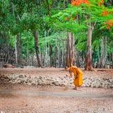 Monnik die dagelijkse het schoonmaken routine doen bij in Tiger Temple in Kanchanaburi, Thailand Royalty-vrije Stock Foto's